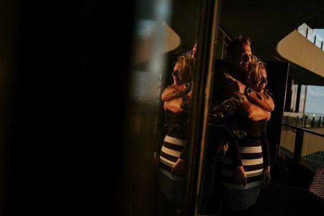 Auf dem Balkon ihrer Wohnung steht Campbell hinter Agnew, er hatseine Arme um sie gelegt. Das Sonnenlicht...