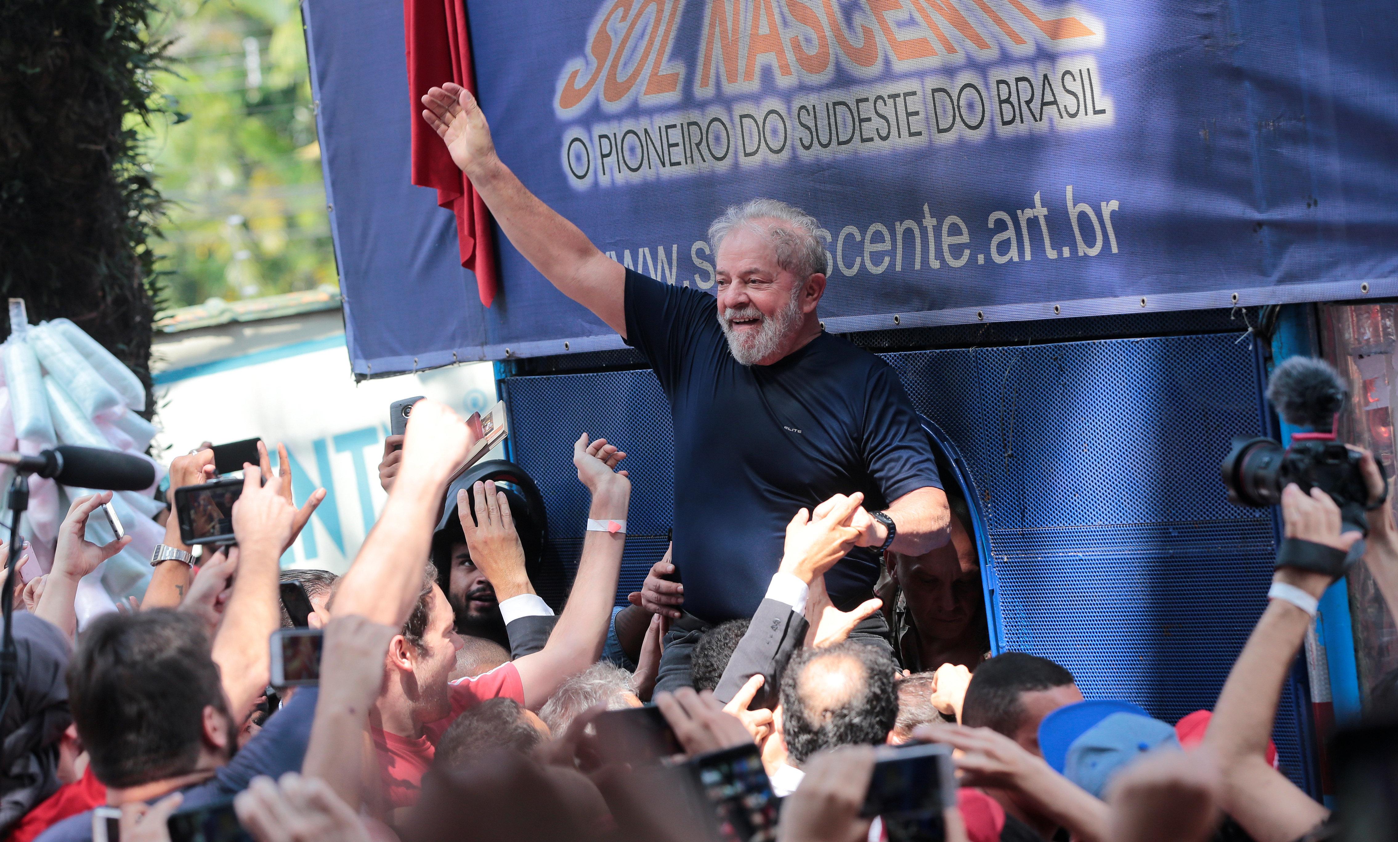 Μετά τα ευτράπελα ο πρώην πρόεδρος της Βραζιλίας, Λούλα μετήχθη στη φυλακή για να εκτίσει 12 χρόνια για υποθέσεις