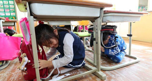 2017년 9월 14일, 경북 경주시 내남면 내남초등학교 학생들이 지진 대피훈련을 하고