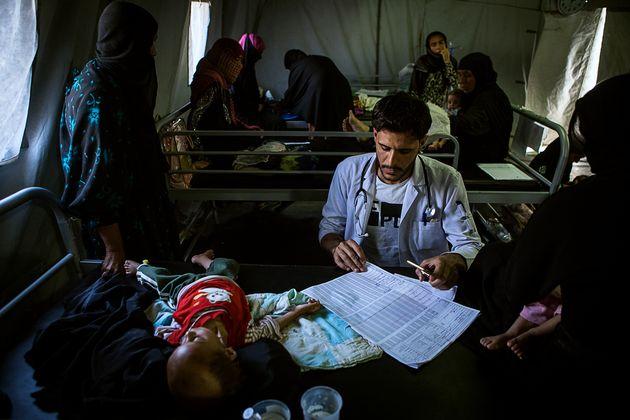 응급의 모하마드 박사는 모술 남부의 카야라 병원에서 집중 영양실조 치료식 센터 의료팀을 지원하고