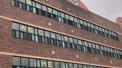 이 학교 학생들이 창문에 '미투'를 붙인