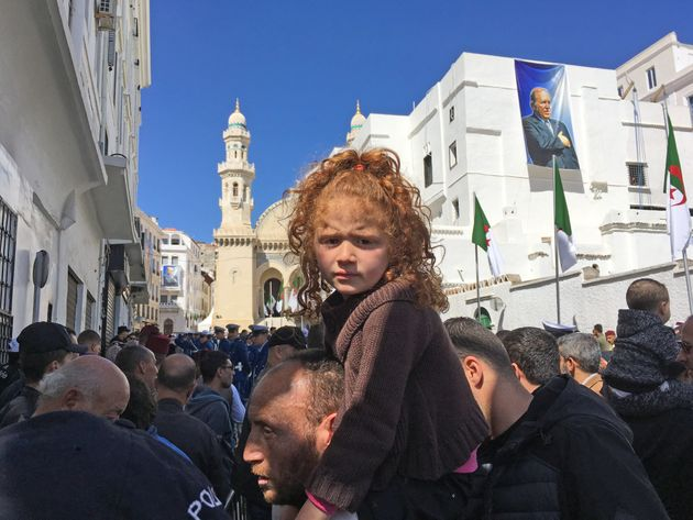 La foule samasse en contrebas de la Mosquee Ketchaoua Inauguration par le president Bouteflika Alger...