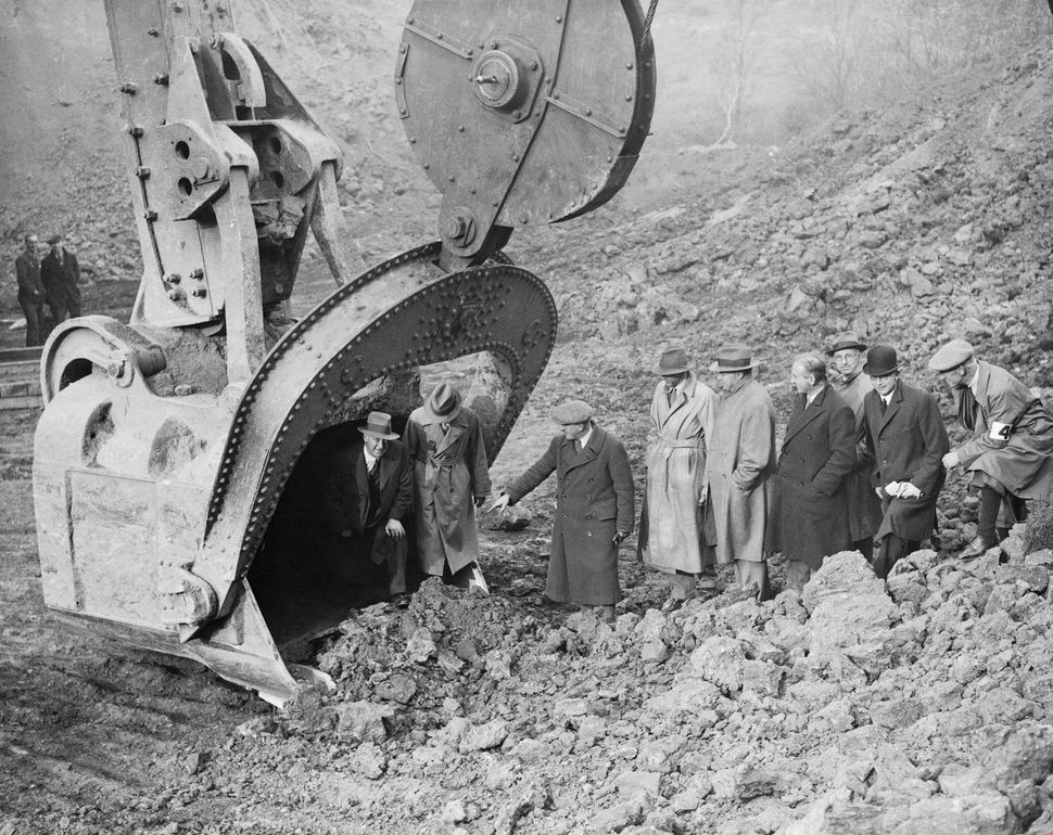 This giant shovel excavator at the iron mine of Stewart & Lloyd was, in 1934, the largest in Europe, able to scoop 15 ton