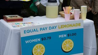 Democratic National Committee (DNC) women host an Equal Pay Day event with a lemonade stand  'where women pay 79 cents per cup and men pay $1 per cup, to highlight the wage gap' on April 12, 2016 in Washington, DC. / AFP / MOLLY RILEY        (Photo credit should read MOLLY RILEY/AFP/Getty Images)