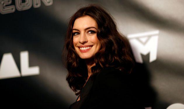 Η Anne Hathaway αντεπιτίθεται σε αυτούς που την κοροϊδεύουν για το βάρος της: «Δεν έχω εγώ το πρόβλημα,...