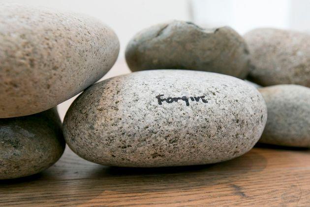 Γυναίκα έκλεψε πανάκριβη πέτρα της Yoko Ono και η αστυνομία έδωσε τα στοιχεία της στη