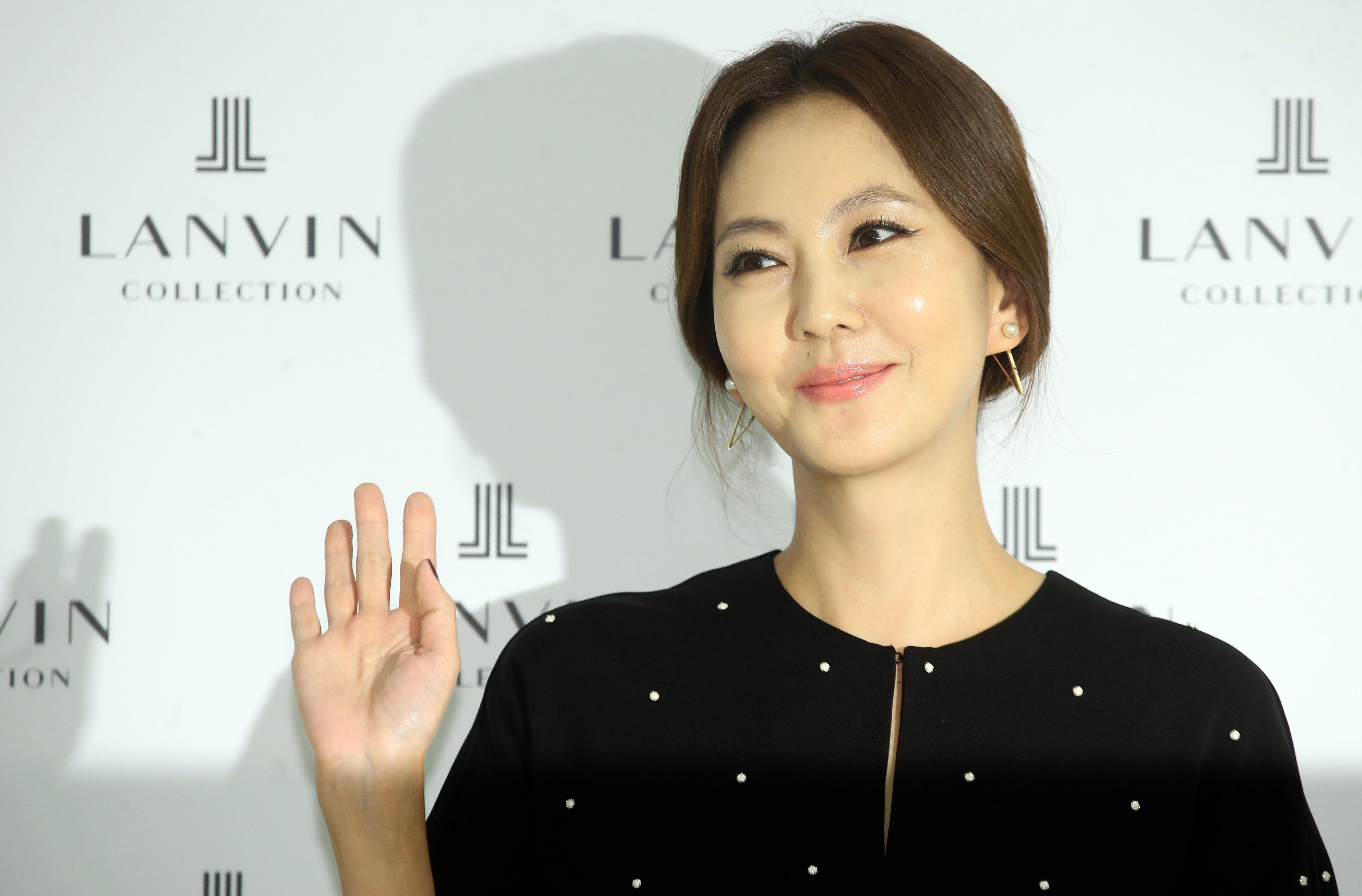 배우 김남주는 '멋있게 늙은 여자'가 되고 싶다고 말한다