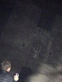 Freunde fotografieren englisches Schloss – als sie das Bild sehen, erschaudern sie