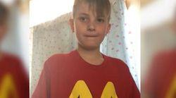 엄마는 아들에게 맥도날드 티셔츠를 입힌 줄