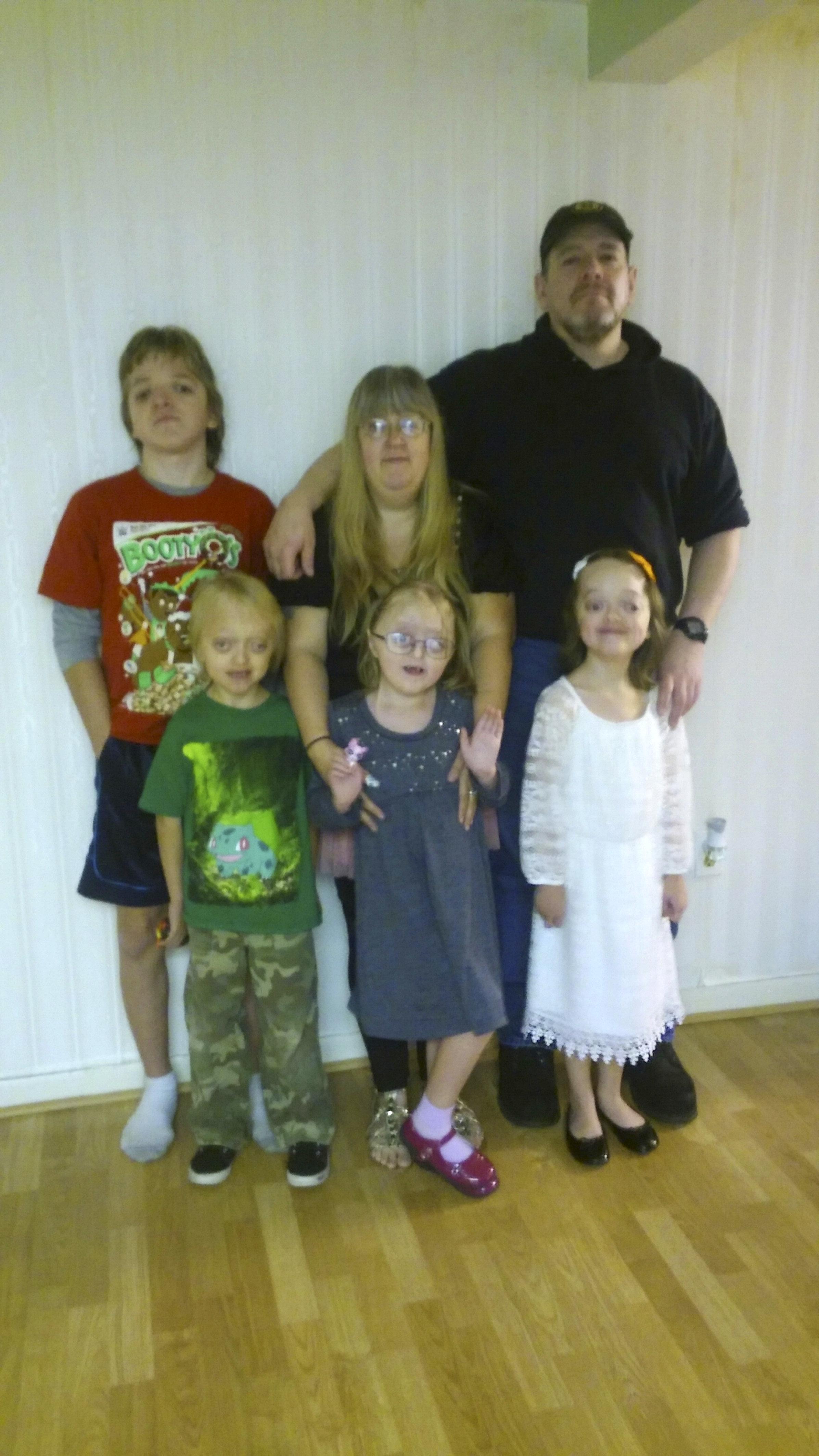 Mutter und ihre vier behinderten Kinder werden im Internet gemobbt – jetzt zeigt sie es