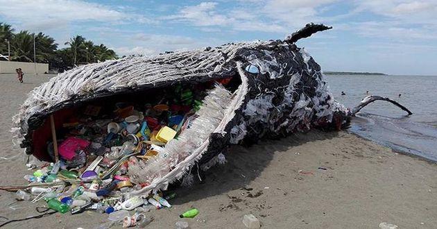 그린피스 필리핀이 세계 고래의 날을 맞아 플라스틱 폐기물의 심각성을 일깨우기 위해 설치한 고래 조형물. 경고는 실제가 되고