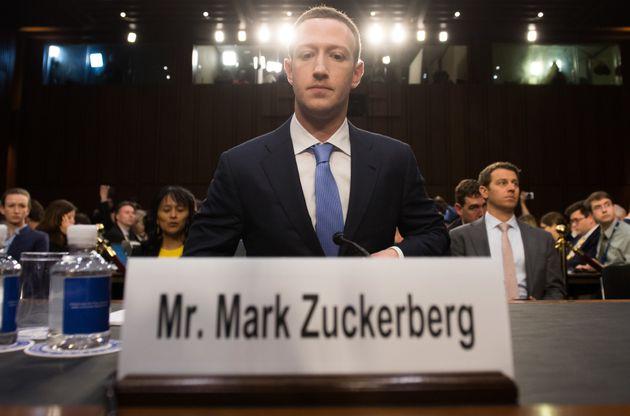 Zuckerberg niega que Facebook espíe los micrófonos de los