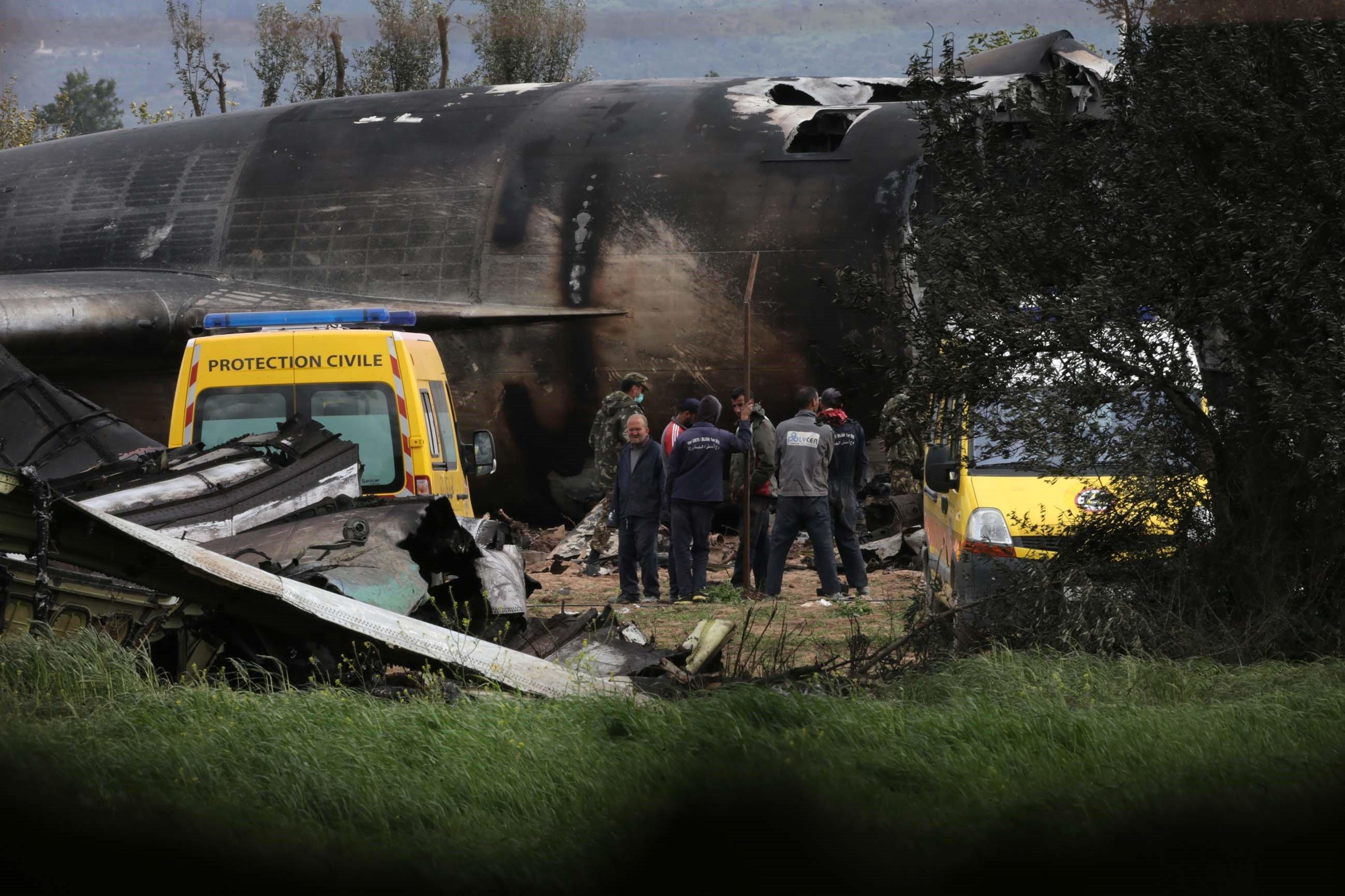 La protection civile ce matin aux abords de l'avion militaire après le terrible crash à...