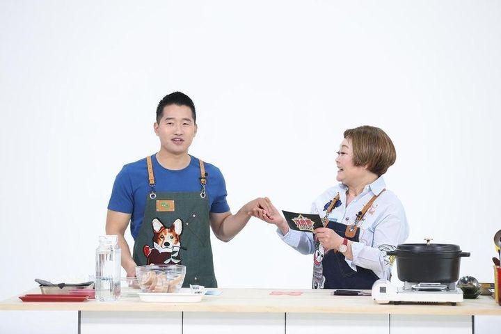 EBS 모바일 콘텐츠인 '개슐랭 가이드'에선 개 조련사 강형욱(왼쪽)과 요리연구가 이혜정이 출연해 함께 개를 위한 '미식'을 만든다.
