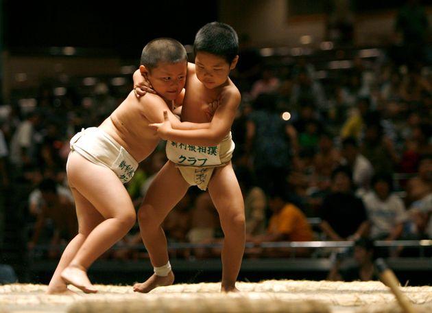 일본 스모협회가 이번엔 '여자'아이를 씨름판에서