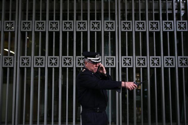 Άνδρας εισέβαλε σε συμβολαιογραφικό και δικηγορικό γραφείο κρατώντας μπιτόνι με