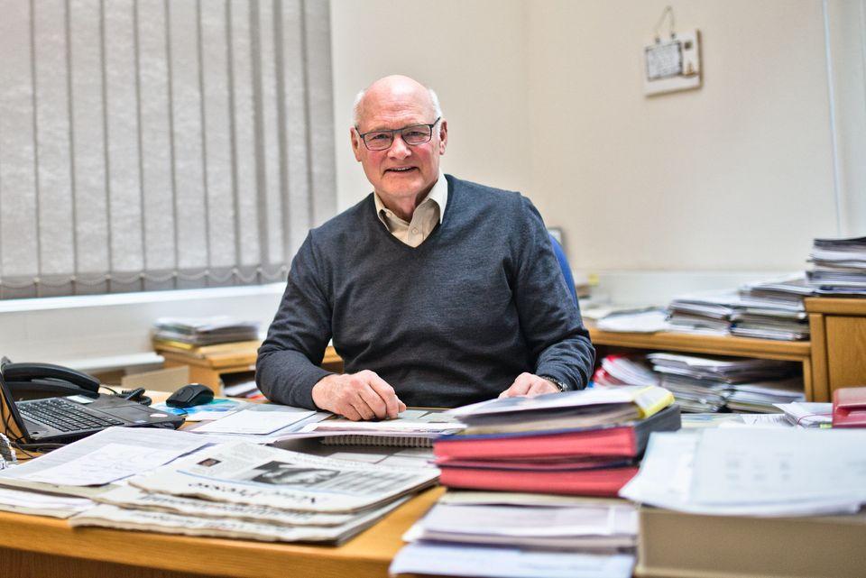Bürgermeister Wolfgang Borst an seinem Schreibtisch im Rathaus von Hofheim in