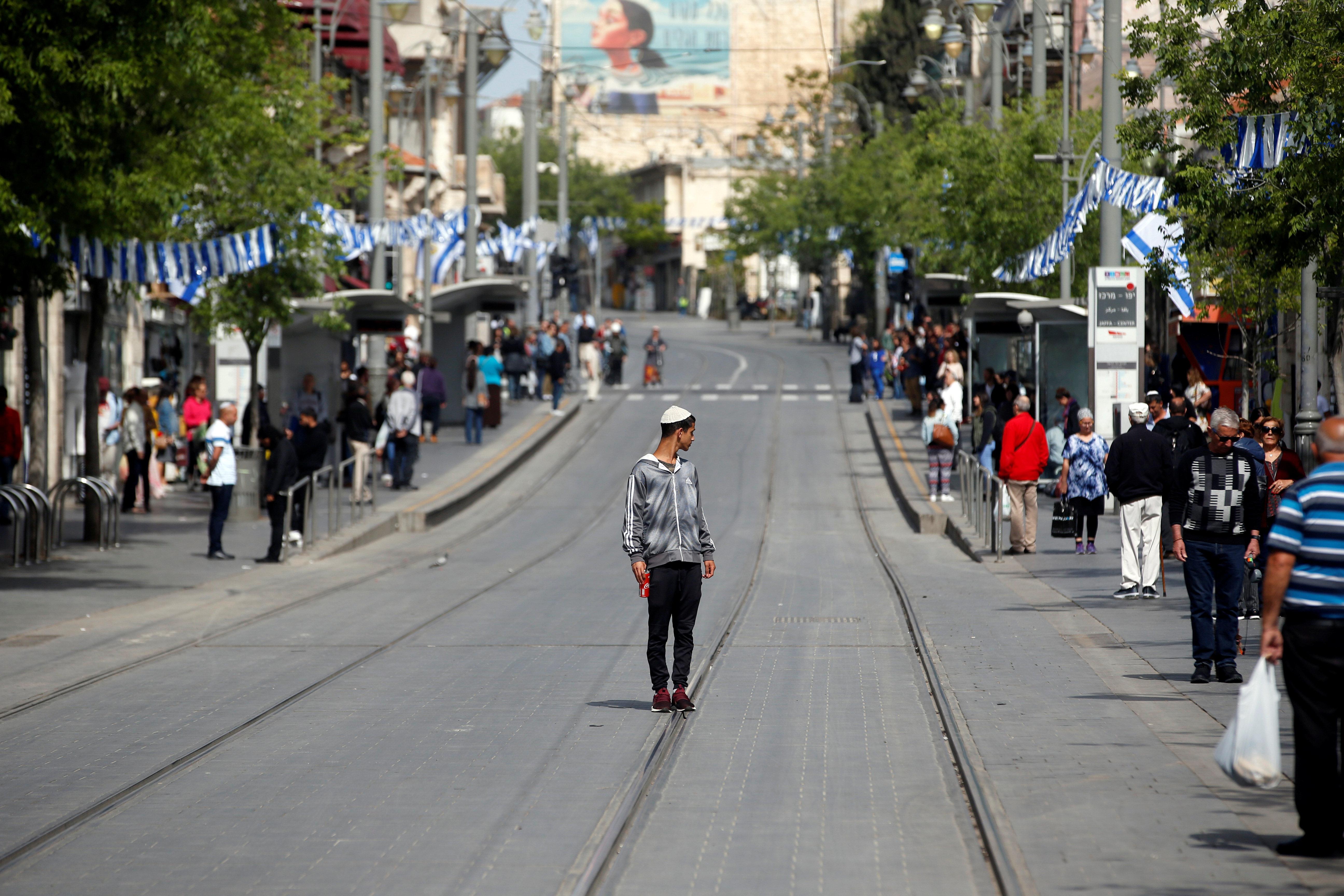 イスラエル全土で、あらゆる人がすべての動きを止め、その場で黙祷した(画像集)