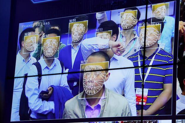 중국 경찰이 5만 군중 속에서 수배자를