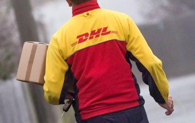 Ein Paketbote von DHL