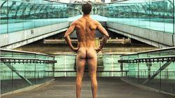 Ένας άντρας κυκλοφορεί γυμνός σε Αγγλία και Ελλάδα για να μεταφέρει ένα μήνυμα