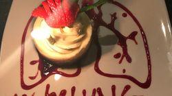 Mann lädt kranke Freundin zum Essen ein – Kellner überraschen beide mit rührender Geste