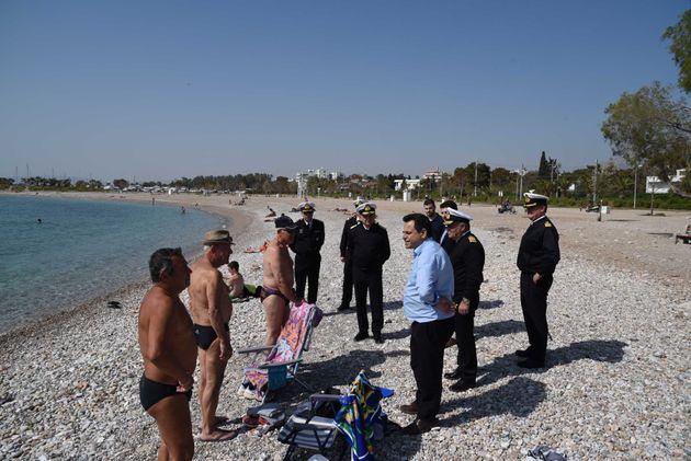 Επιτρέπεται πλέον το κολύμπι στις ακτές του Σαρωνικού μετά την πετρελαιοκηλίδα του «Αγία Ζώνη