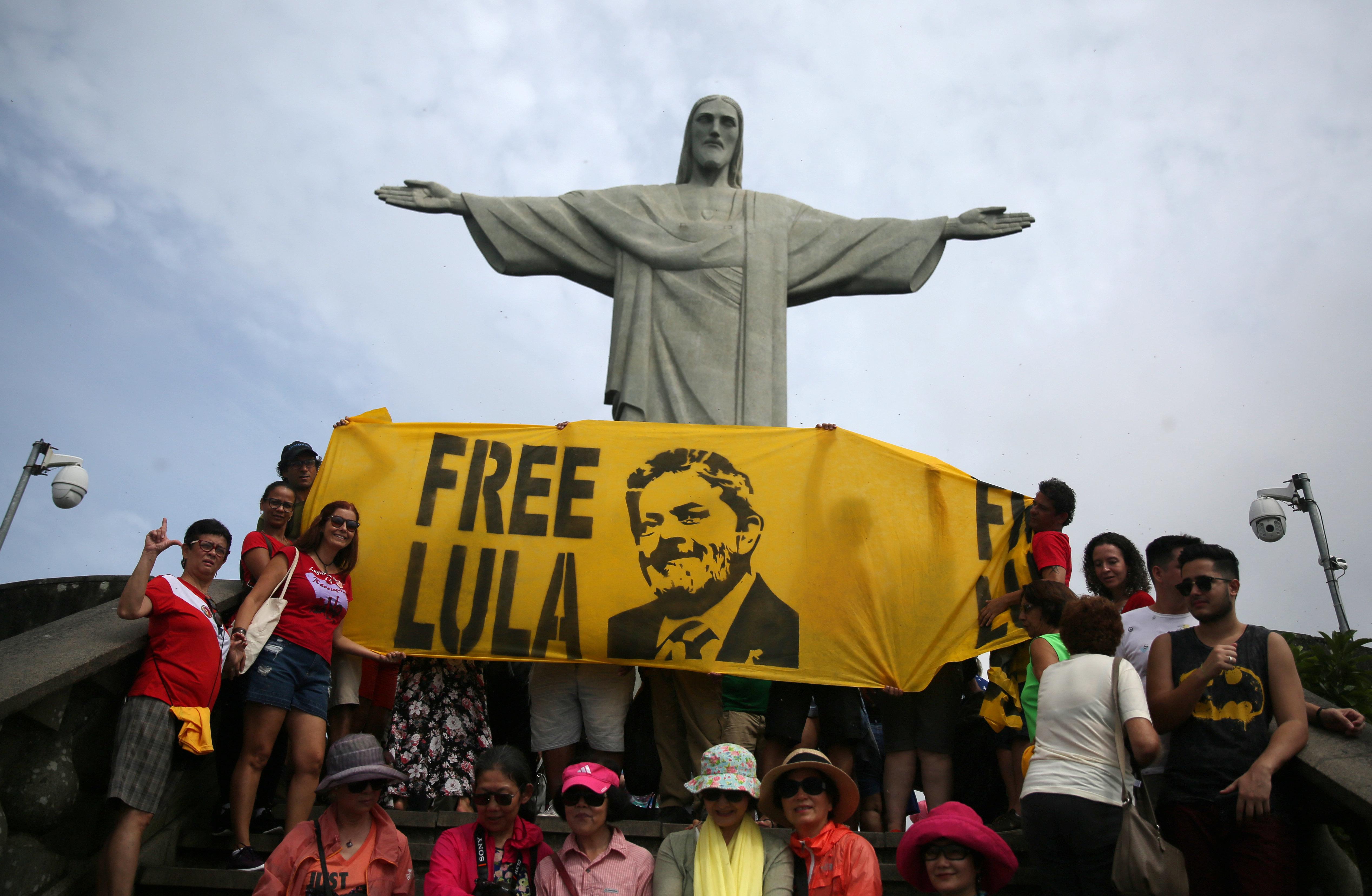 Présidentielle au Brésil: même en prison Lula reste