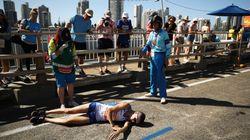 Marathonläufer bricht während Rennen zusammen – die Reaktionen der Zuschauer machen