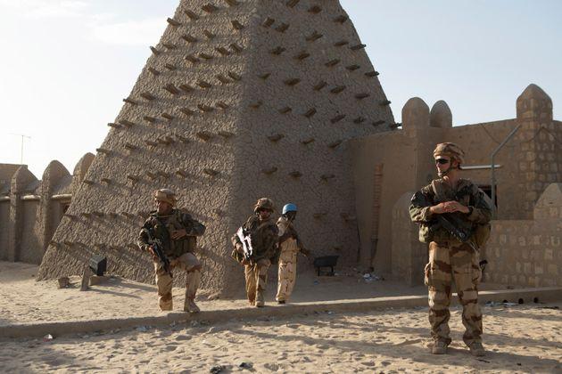 Des soldats français devant la Mosquée Sankore à Tombouctou le 5 novembre