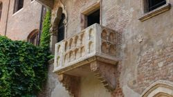 Στην Βερόνα το μπαλκόνι της Ιουλιέτας περιμένει τους