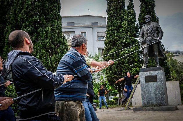The Truman Show: Πόσες φορές οι διαδηλωτές έχουν επιτεθεί στο «λαομίσητο» άγαλμα του