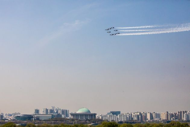 서울 도심 상공에 등장한 전투기가 내뿜는 굉음에 모두가 놀랐다