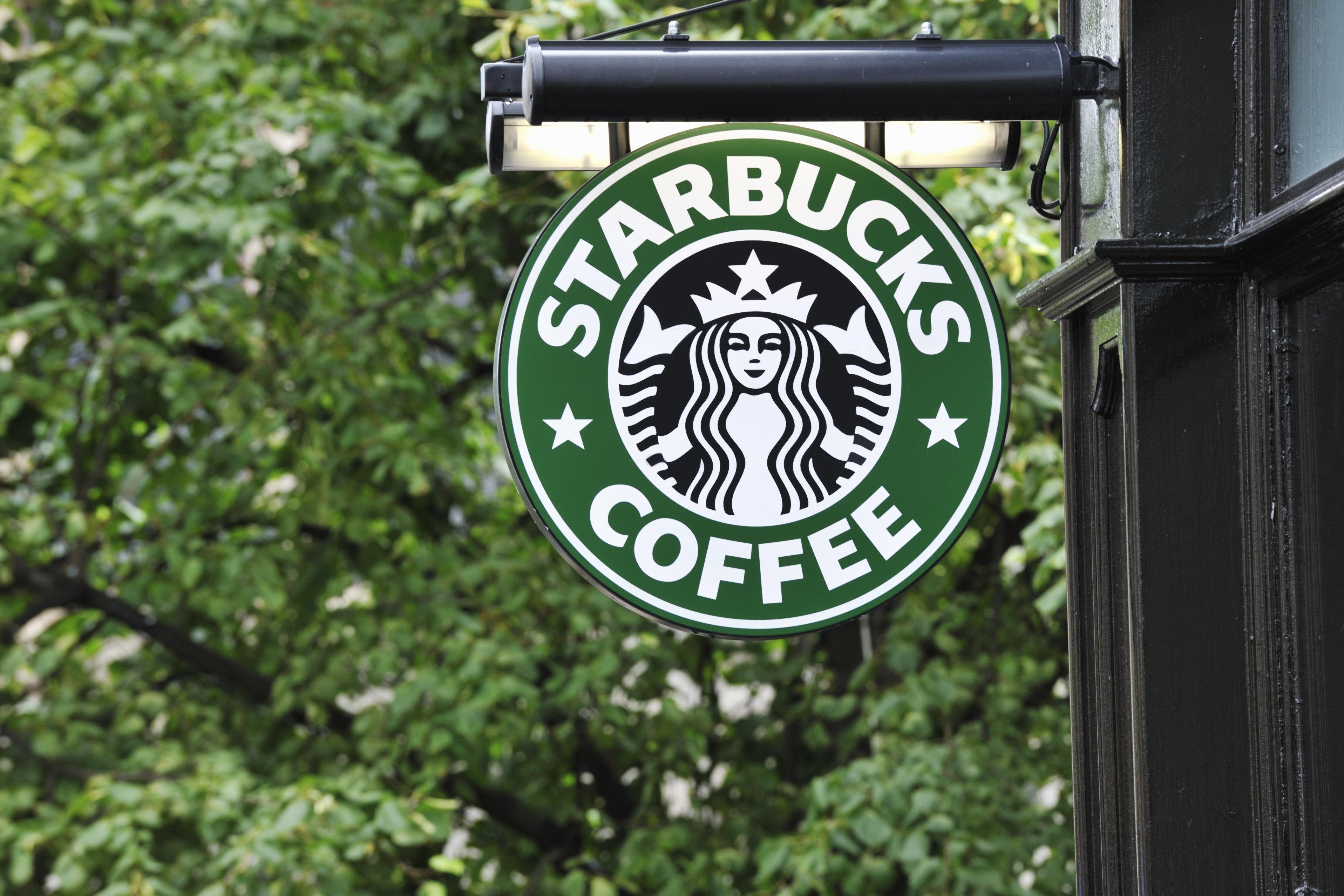 스타벅스 CEO는 매장에서 체포된 흑인 2명을 직접 만나고 싶다