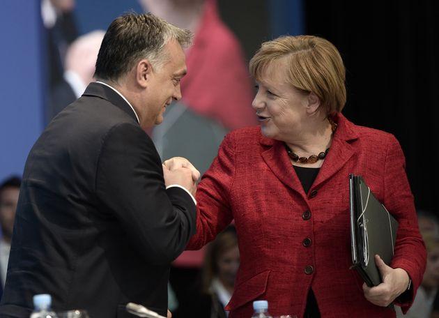 Viktor und Angela: Hand in Hand.