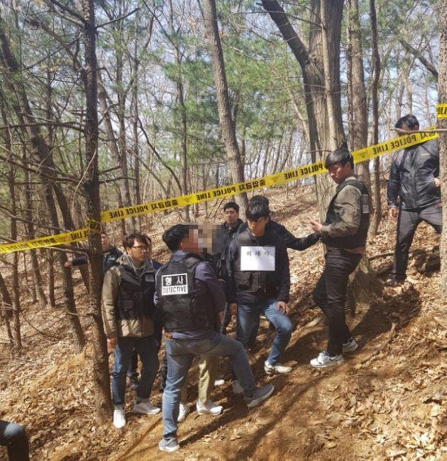 경찰이 지난달 경기도 포천의 한 야산에서 30세 남성 A씨(사진 가운데 모자이크 처리)에 대한 현장검증을 진행하고