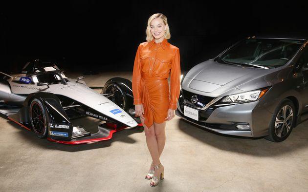 Η Margot Robbie πρωταγωνιστεί με τα οχήματα της Formula