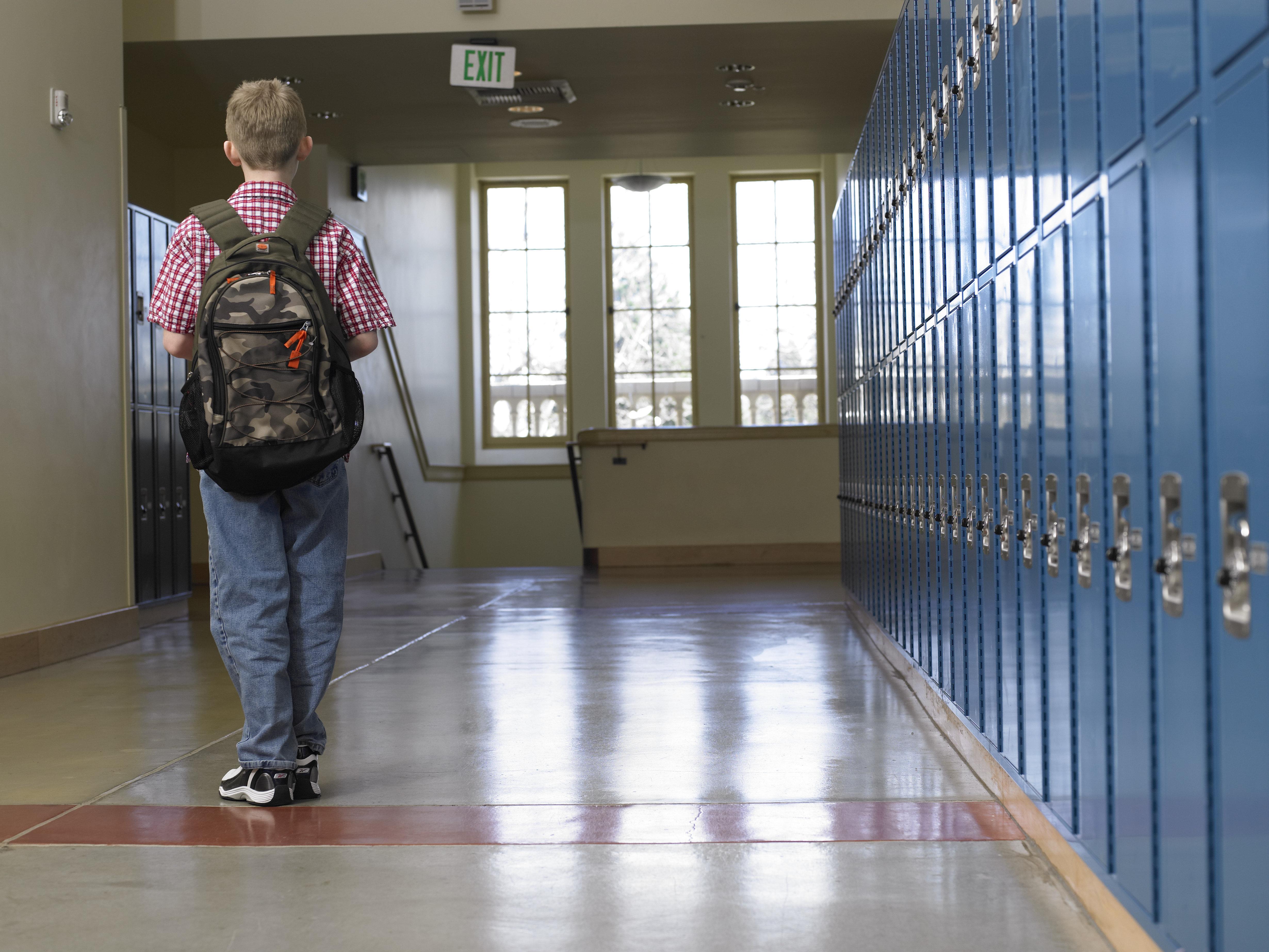 Mutter verwanzt den Rucksack ihres Sohnes – kurz darauf sind zwei Lehrer ihren Job
