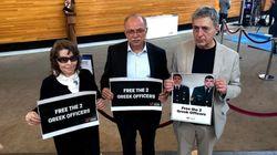 Πλακάτ με συνθήματα υπέρ της απελευθέρωσης των δύο στρατιωτικών από Έλληνες