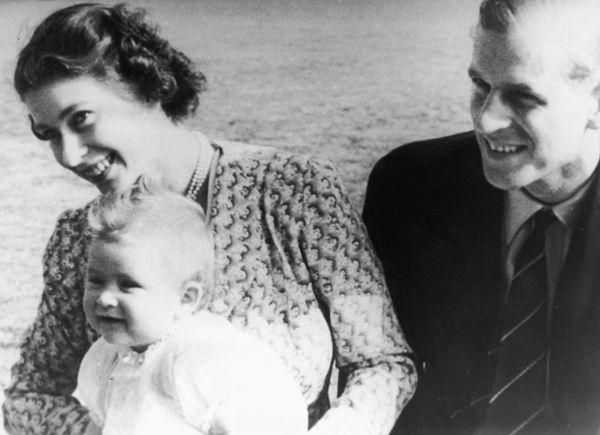 "Elizabeth <a href=""https://www.huffingtonpost.com/entry/photos-that-capture-queen-elizabeth-and-prince-philips-romance_us_5a3"