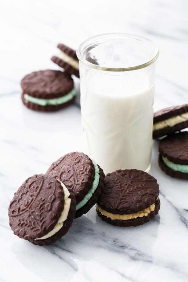"""<strong>Get the<a href=""""https://www.loveandoliveoil.com/2017/09/homemade-oreo-sandwich-cookies.html"""" target=""""_blank""""> Homemad"""