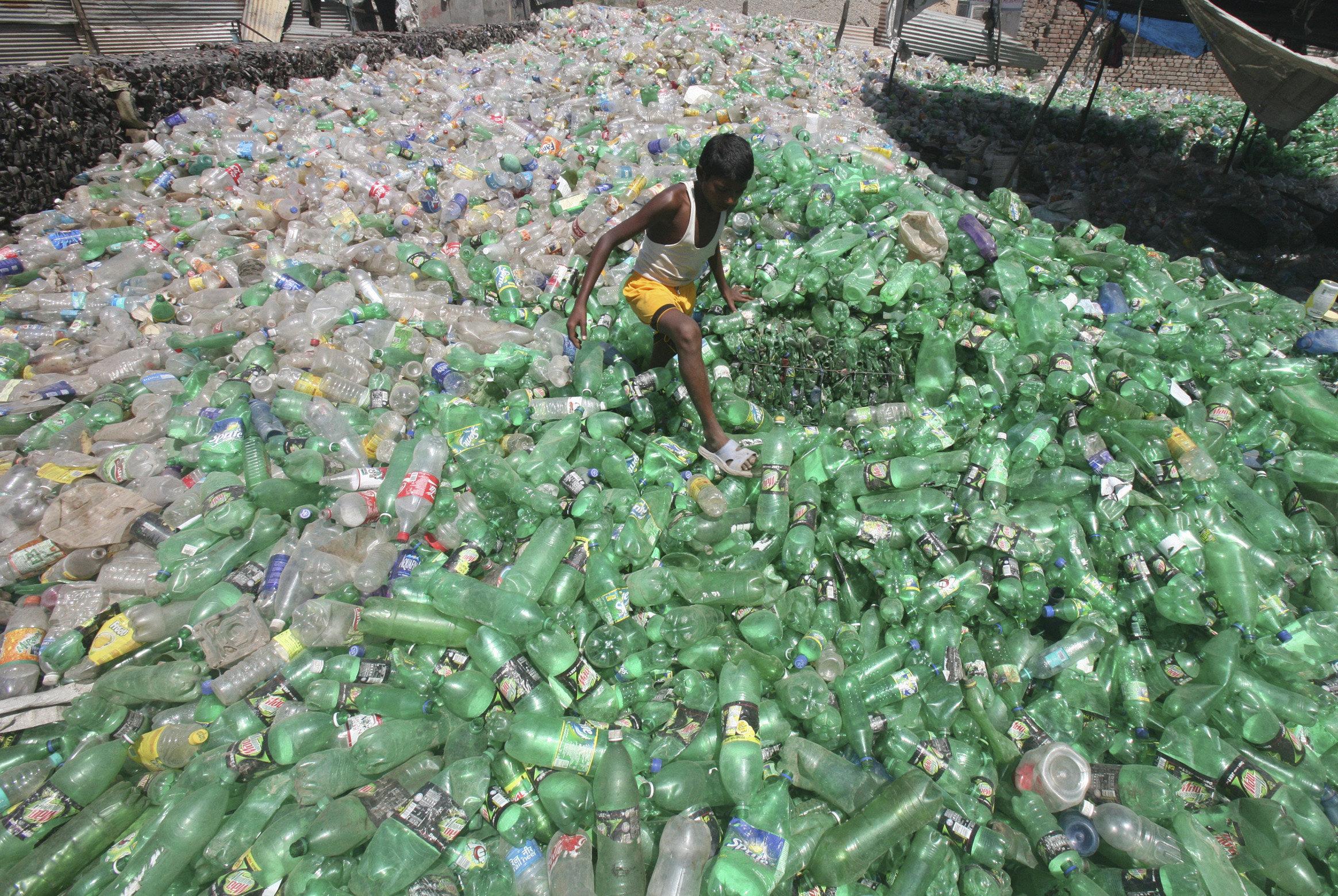 과학자들이 플라스틱을 먹는 효소를 우연히