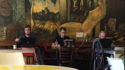 Mann fotografiert 3 Fremde im Café – dann fällt ihm etwas Unheimliches