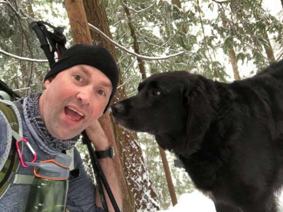 Wanderer finden Hund – als sie seine Marke lesen, lassen sie ihn wieder laufen