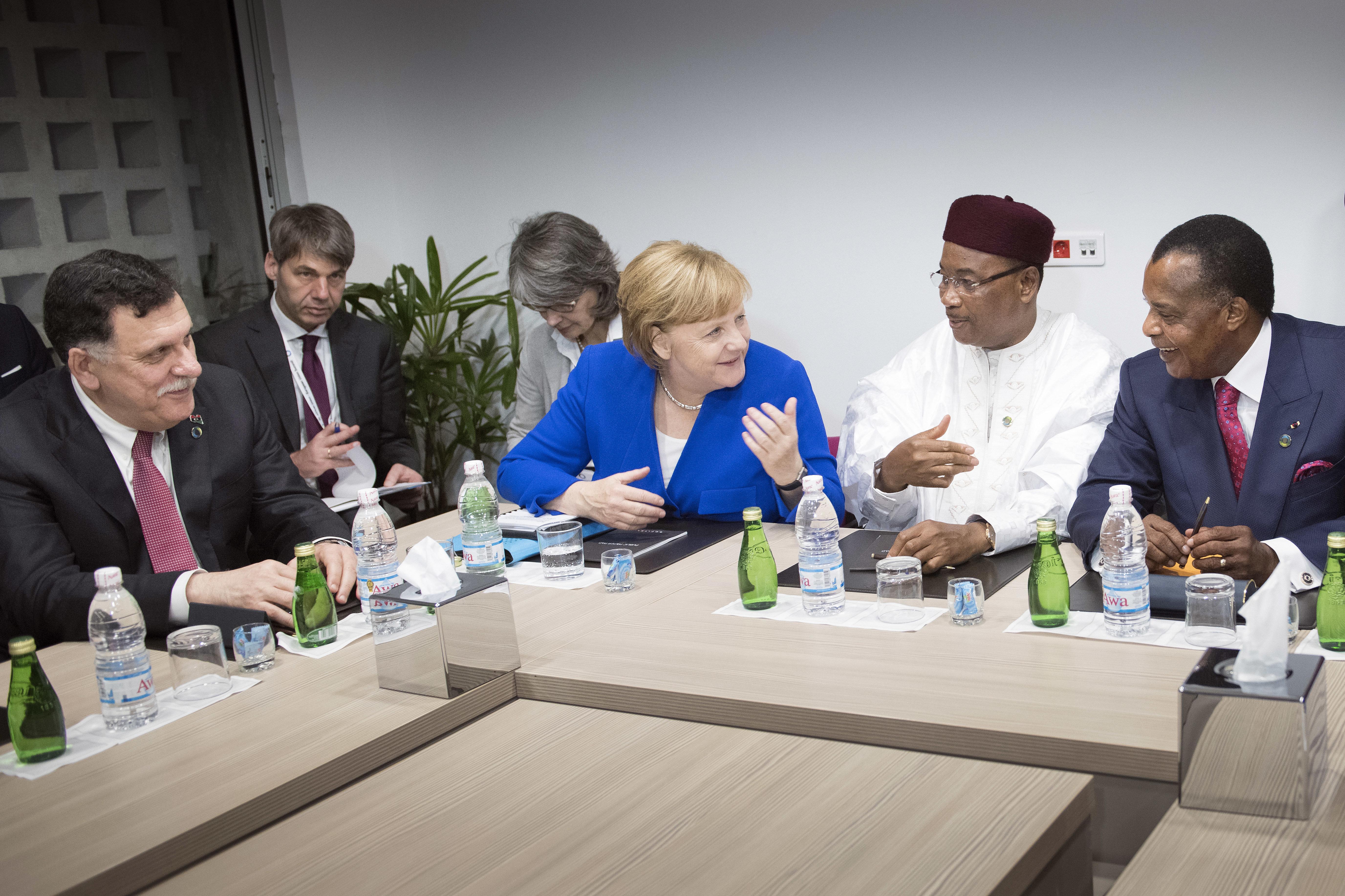 Um die Flüchtlingszahlen zu senken, unterstützt die EU immer häufiger dubiose Staatschefs in