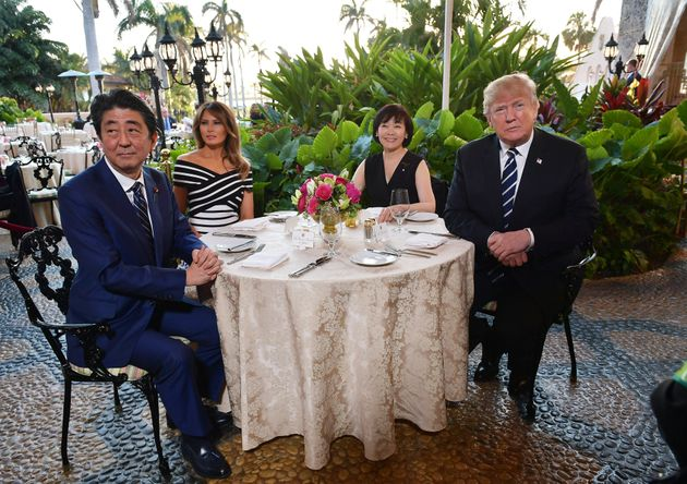 트럼프를 만난 아베가 넥타이를 바꿔 맨