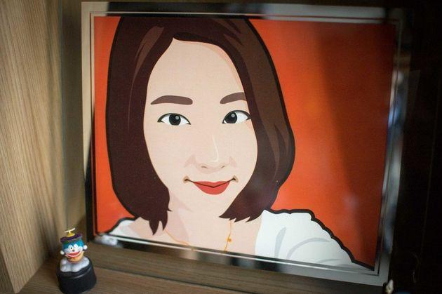 김정은씨의 방을 아버지는 매일 청소한다. 깔끔히 정리된 장식장 한칸을 차지한 액자 속에서 정은씨가 웃고