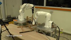 로봇 2대가 힘을 합쳐 이케아 나무 의자를