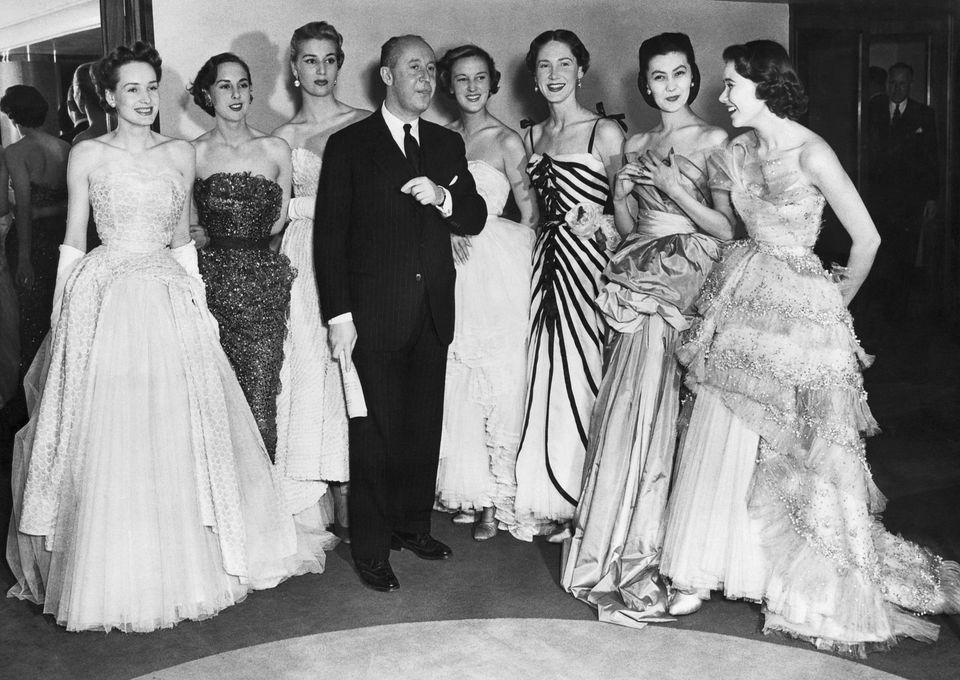 O Christian Dior ποζάρει με τα μοντέλα...