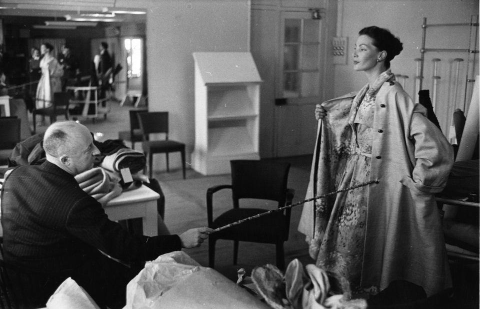 Ο couturier επιβλέπει ένα φόρεμά